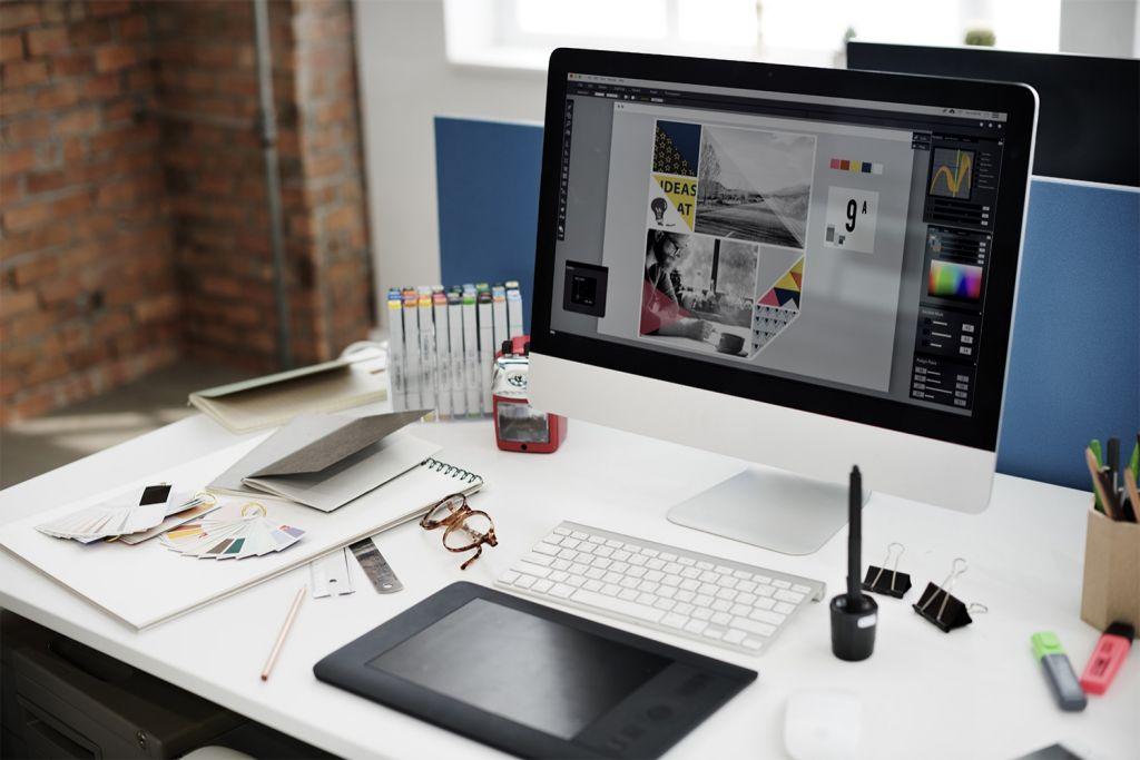 컴퓨터가 놓인 그래픽 디자이너의 책상