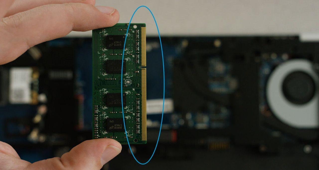 메모리를 설치할 때는 메모리 모듈의 금색 핀이나 구성 요소와 접촉을 피하십시오.