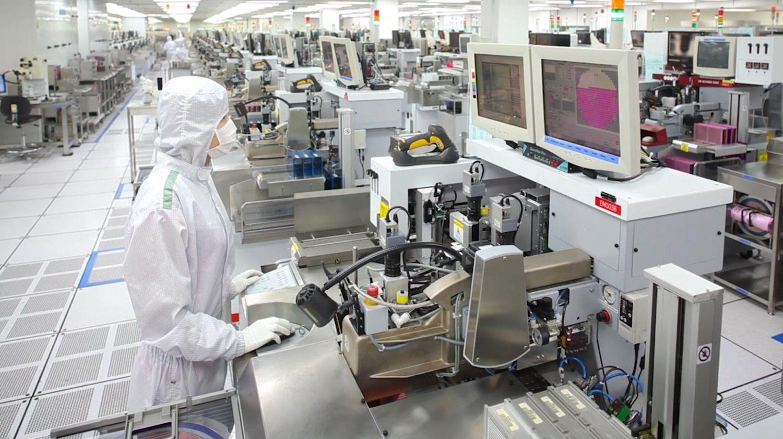 Micron 생산 팀원은 깨끗하고 먼지 입자가 없는 작업실을 유지하기 위해 특별한 작업모자, 가운 및 마스크를 착용합니다.