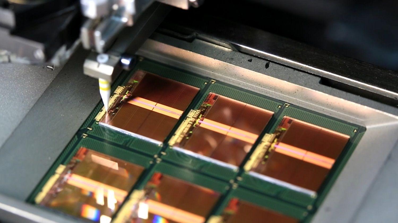 얇은 금선을 메모리 생산 공정의 일환으로 칩의 본딩 패드를 프레임에 연결합니다.