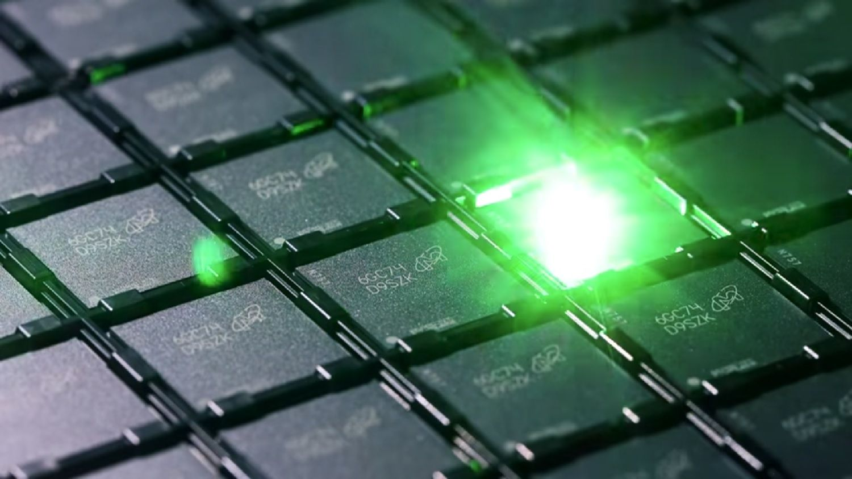 메모리 생산 공정에서 레이저로 식별 코드를 각 메모리 칩에 새깁니다