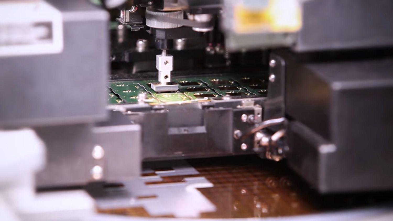 피더에서 칩을 집어 PCB에 배치하는 기계