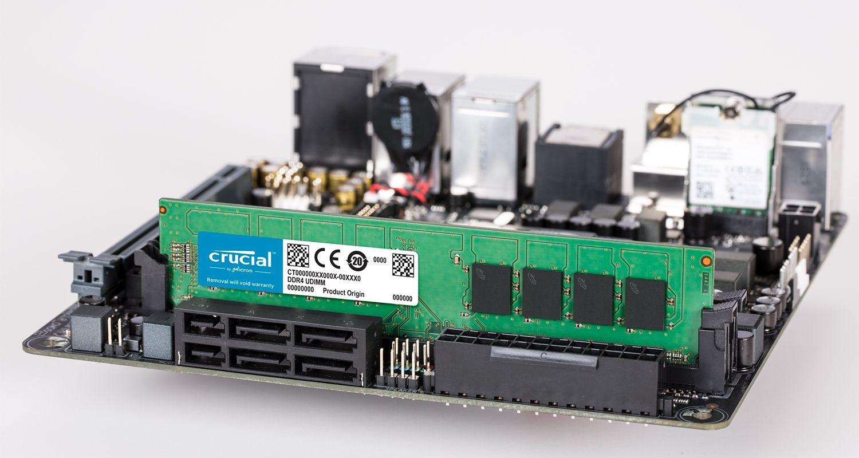 Crucial 메모리 모듈 및 마더보드.