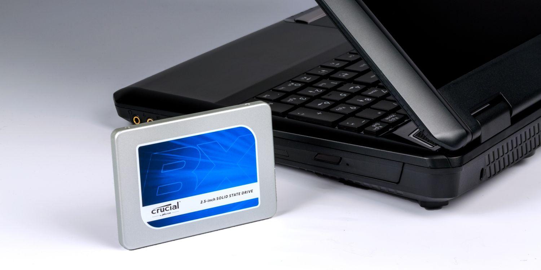 Crucial SSD 드라이브와 노트북.