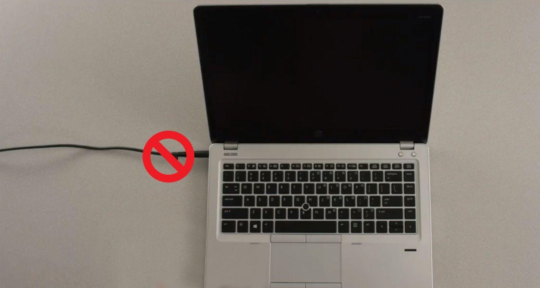 노트북 전원 케이블의 상단에 슬래시가 있는 원 표시는 전원 케이블을 설치 전에 뽑아 두어야 한다는 것을 나타냅니다