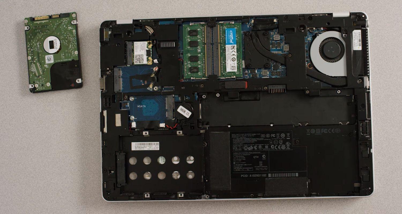 노트북의 스토리지 베이에서 제거되고 있는 이전 스토리지 드라이브
