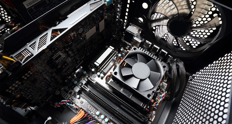 컴퓨터 팬을 포함한 컴퓨터 내부.