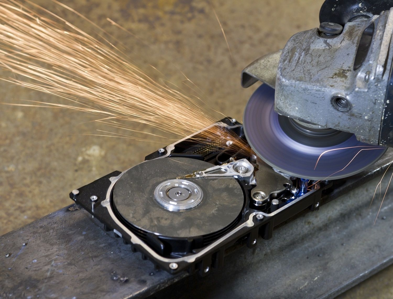 하드 디스크 드라이브는 전자 톱 또는 분쇄기로 파쇄합니다