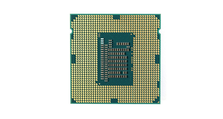 흰색 배경의 컴퓨터에서 분리된 중앙처리장치(CPU)