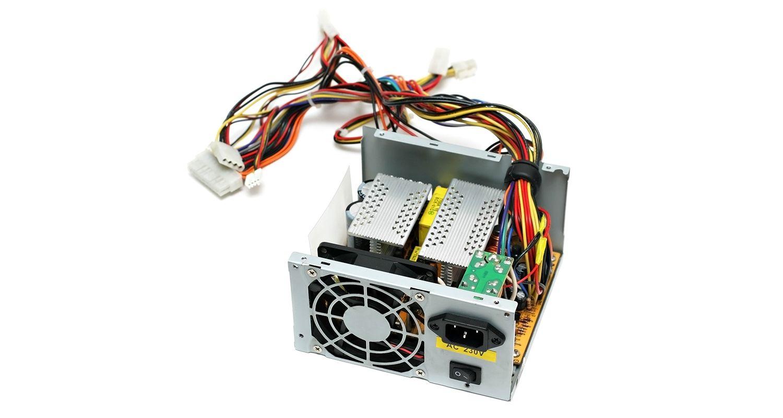 흰색 배경의 컴퓨터에서 분리된 전원 공급 장치(PSU)